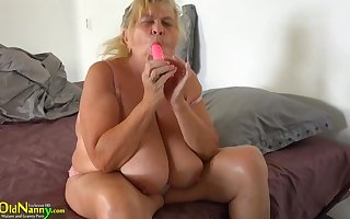 18 Epoch Age-old Main On every side Strapon Fucks Sbbws Age-old Granny