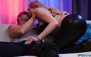Imposing sexpot yon latex pants Briana Banks treats bloke close by careful BJ