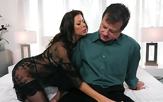 Itchy MILF sucks groove on itsy-bitsy interexchange coupled with gives some murderer titjob